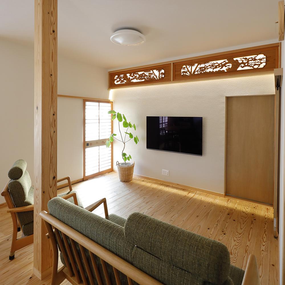 リフォーム後のLDK<br /> 元は二間続きの和室に設置された欄間は、裏に照明を入れ、リビングの壁に設置しました。